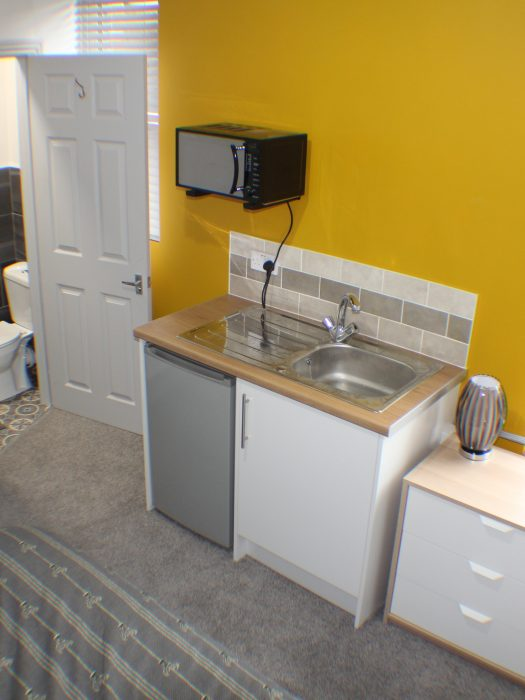 R6 Kitchenette & en-suite