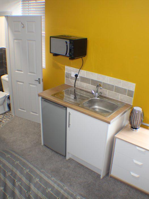 R6 Kitchenette & en-suite